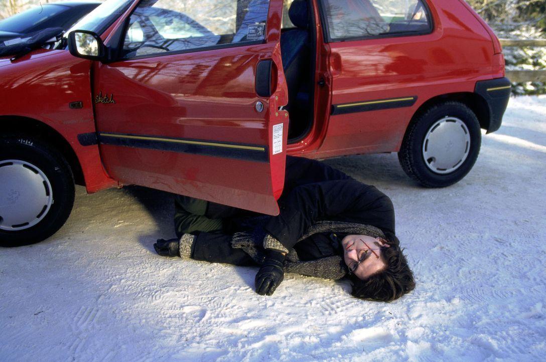 Am Morgen nach der Auseinandersetzung auf dem Parteitag wird der Student Sebastian Blattner (Alexander Tschernek) tot im Auto aufgefunden ... - Bildquelle: Magdalena Mate Sat.1