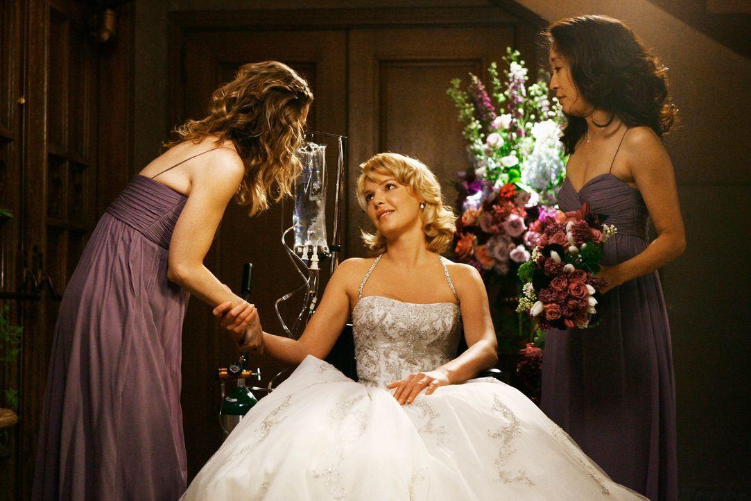 Meredith (Ellen Pompeo, l.) verzichtet auf ihre Hochzeit, damit Izzie (Katherine Heigl, M.) ihre eigene erleben kann. Gemeinsam mit Cristina (Sandra... - Bildquelle: Touchstone Television