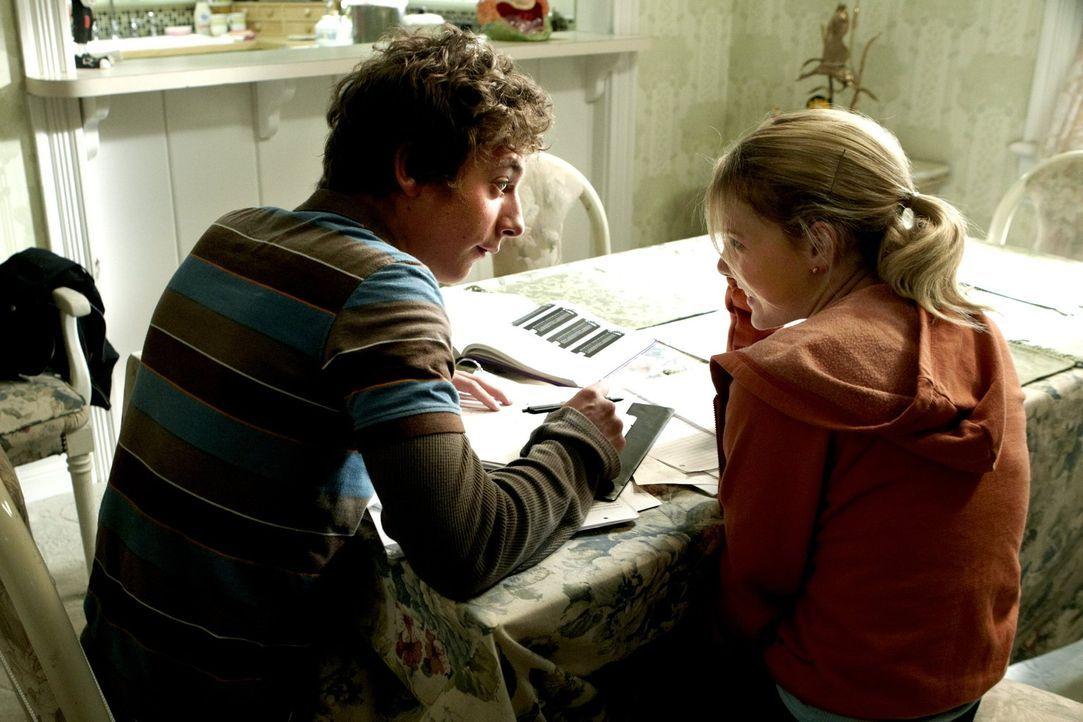 Bei der Nachhilfestunde mit Karen (Laura Wiggins, r.) erlebt Lip (Jeremy Allen White, l.) etwas Unerwartetes ... - Bildquelle: 2010 Warner Brothers