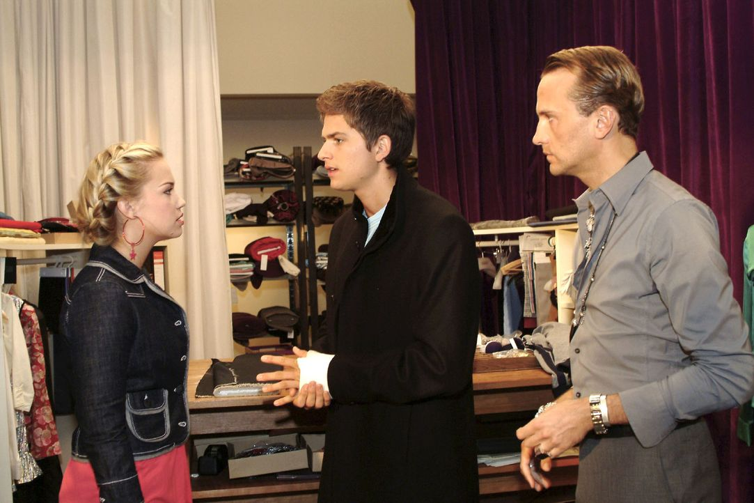 Hugo (Hubertus Regout, r.) geht bei einem Streit zwischen Kim (Lara-Isabelle Rentinck, l.) und Timo (Matthias Dietrich, M.) und zwingt die beiden zu... - Bildquelle: Monika Schürle Sat.1
