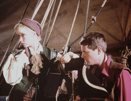 Bezaubernde Jeannie - Jeannie (Barbara Eden, l.) wollte ihrem Meister (Larry...