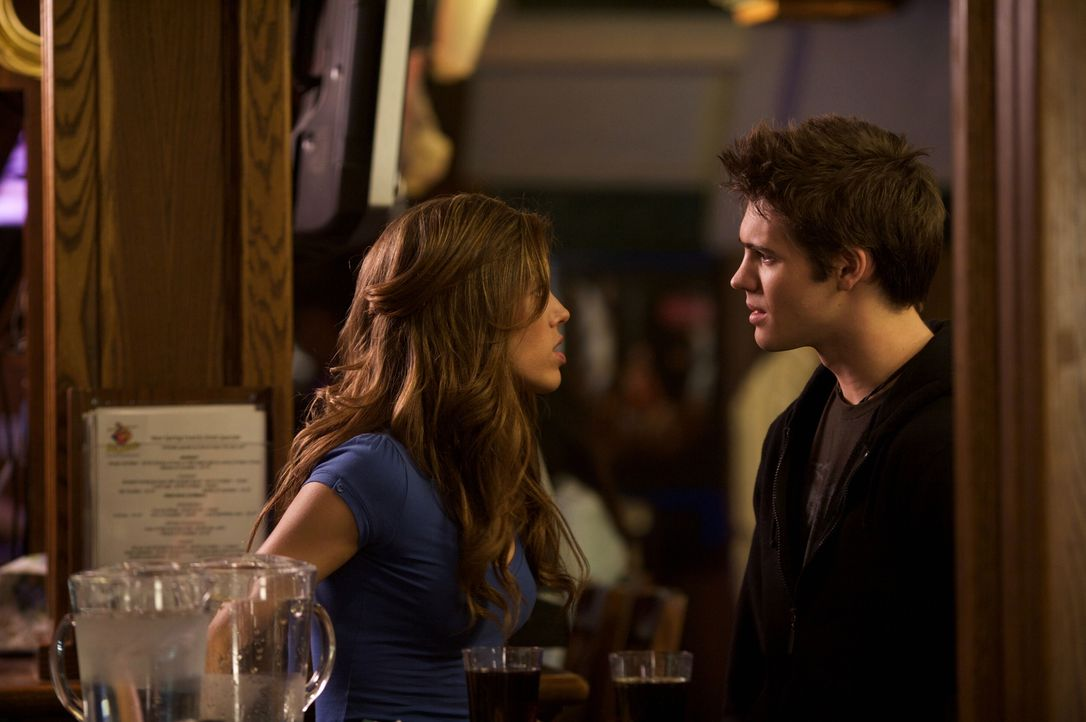 Jeremy (Steven R. McQueen, r.) fühlt sich sofort zu Vicki (Kayla Ewell, l.) hingezogen. Sie glaubt allerdings nicht, dass er ernste Absichten hat ... - Bildquelle: Warner Brothers