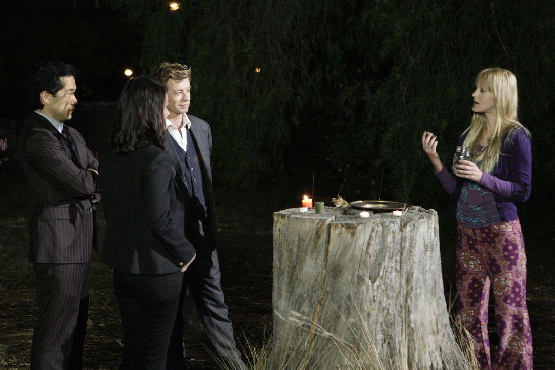 In den Ermittlungen ihres neuen Falles stoßen Cho (Tim Kang, l.), Teresa Lisbon (Robin Tunney, 2.v.l.) und Patrick Jane (Simon Baker, 2.v.r.) auf T... - Bildquelle: Warner Bros. Television