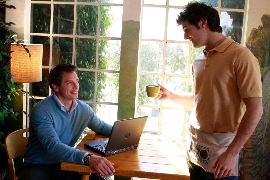 Während Susan kreativ wird, um Mike finanziell unter die Arme zu greifen trifft Patrick Logan (John Barrowman, l.) auf Danny (Beau Mirchoff, r.) ... - Bildquelle: ABC Studios