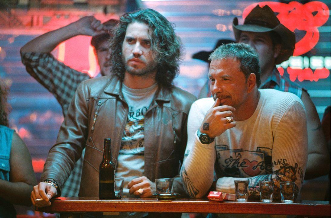 Eigentlich sind Choco (Edgar Ramirez, l.) und Ed (Mickey Rourke, r.) im Stripclub, um den Fahrer eines Geldtransporters zu entführen - doch der Aben... - Bildquelle: Constantin Film