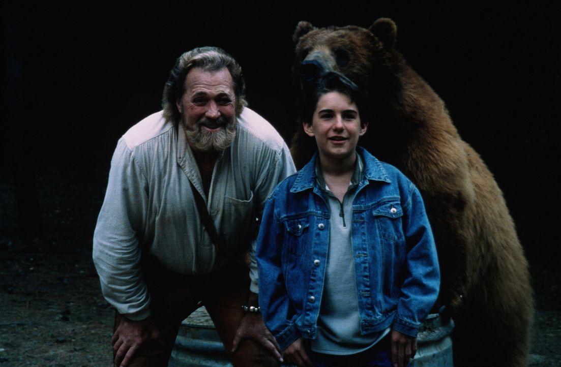 Jeremiah (Dan Haggerty, l.) und Jimmy (Miko Hughes, r.) nehmen den schier aussichtslosen Kampf mit die skrupellosen Trophäenjäger auf ... - Bildquelle: Miracle Entertainment