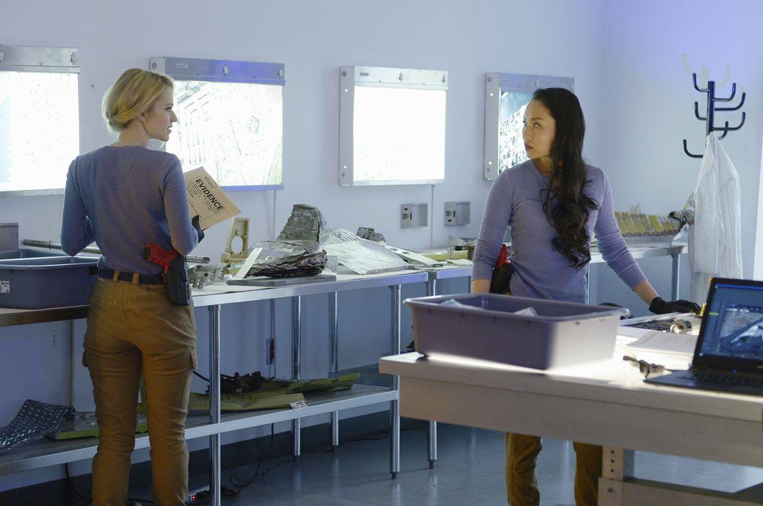 Eine neue Aufgabe nutzen einige Rekruten für sich: Iris (Li Jun Li, r.) und Shelby (Johanna Braddy, l.) ... - Bildquelle: Philippe Bosse 2016 American Broadcasting Companies, Inc. All rights reserved.