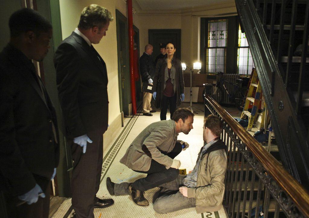 Steht dem durchgeknallten Ermittler Sherlock Holmes (Jonny Lee Miller, vorne 2.v.r.) zur Seite und stellt fest, dass ihr das Klären von Verbrechen... - Bildquelle: CBS Television