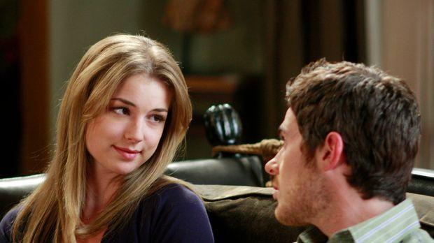 Rebecca (Emily VanCamp, l.) informiert Justin (Dave Annable, r.) über ihren z...