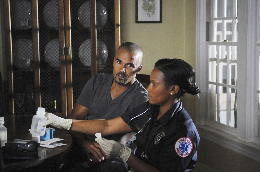 Nachdem das BAU-Team ihren Kollegen Morgan (Shemar Moore, l.) gefunden haben, kümmert sich eine Notärztin (Zenja Dunn, r.) um ihn ... - Bildquelle: Touchstone Television
