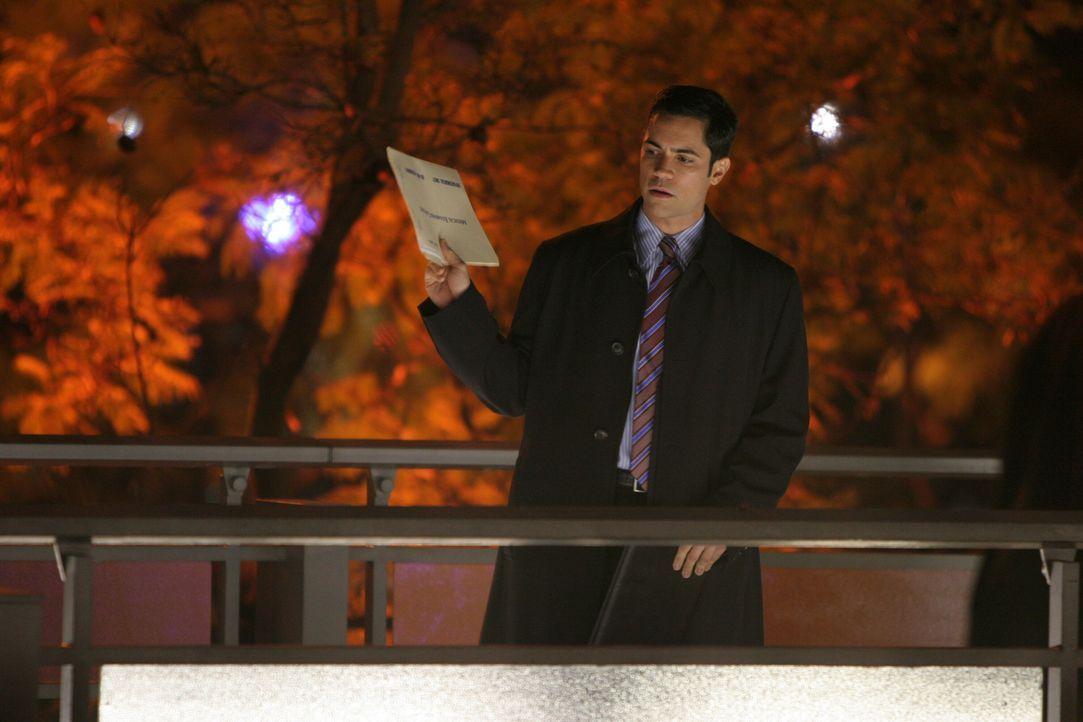 Det. Scott Valens (Danny Pino) bei den Ermittlungen ... - Bildquelle: Warner Bros. Television