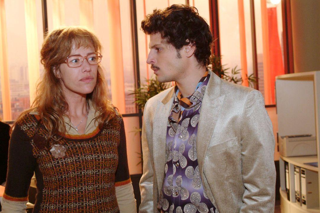 Lisa (Alexandra Neldel, l.) und Rokko (Manuel Cortez, r.) geraten über die Vorbereitung der Parfumpräsentation aneinander. (Dieses Foto von Alexandr... - Bildquelle: Monika Schürle Sat.1