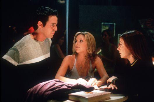 Buffy - Xander (Nicholas Brendon, l.), Buffy (Sarah Michelle Gellar, M.) und...