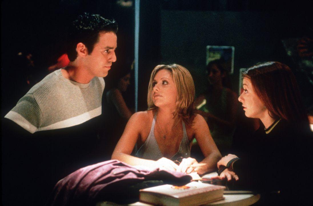 Xander (Nicholas Brendon, l.), Buffy (Sarah Michelle Gellar, M.) und Willow (Alyson Hannigan, r.) besprechen die Lage ... - Bildquelle: TM +   2000 Twentieth Century Fox Film Corporation. All Rights Reserved.