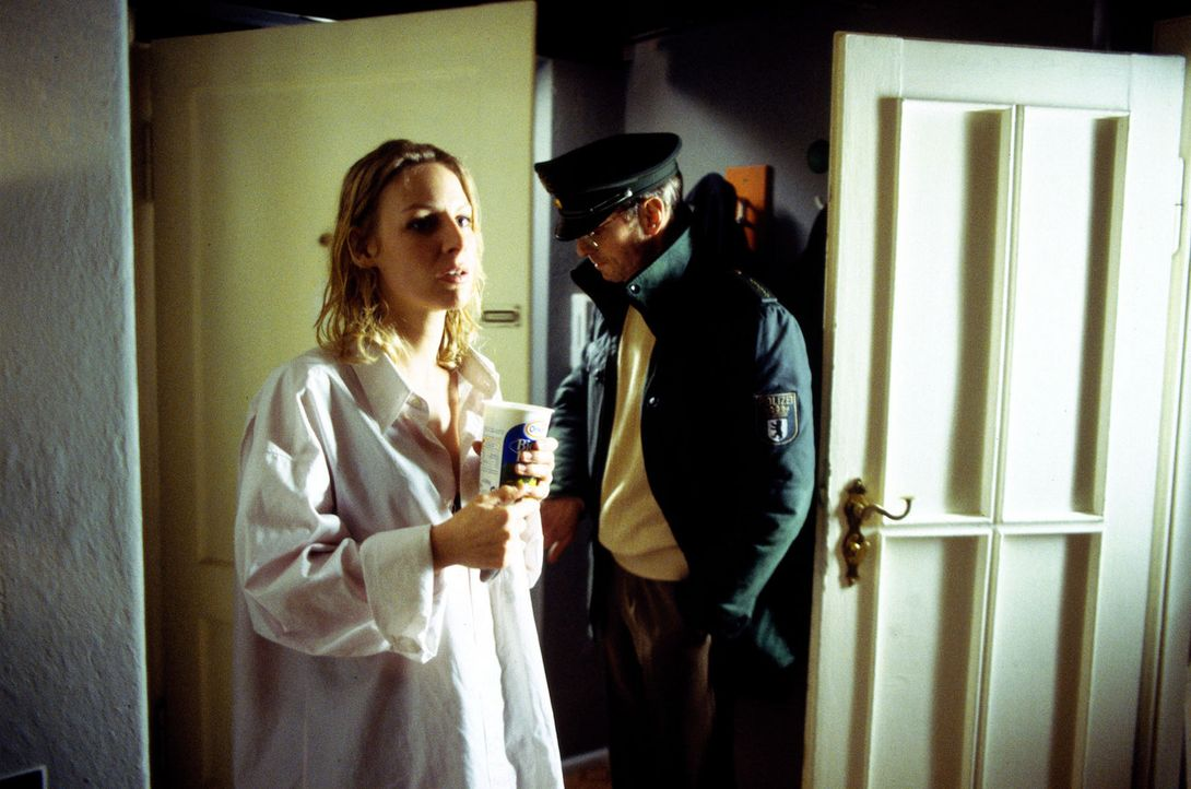 In Berlin geht ein als Polizist verkleideter Frauenmörder um. Wird Frau Spitzner (Marlene Marlow, l.) das nächste Opfer sein? - Bildquelle: Leslie Haslam Sat.1