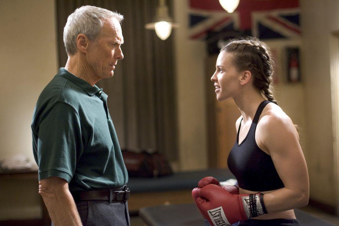 Eines Tages stolpert Maggie Fitzgerald (Hillary Swank, r.) in die kleine Boxerschule von Frankie Dunn (Clint Eastwood, l.). Sie will unbedingt Boxer... - Bildquelle: Epsilon Motion Pictures