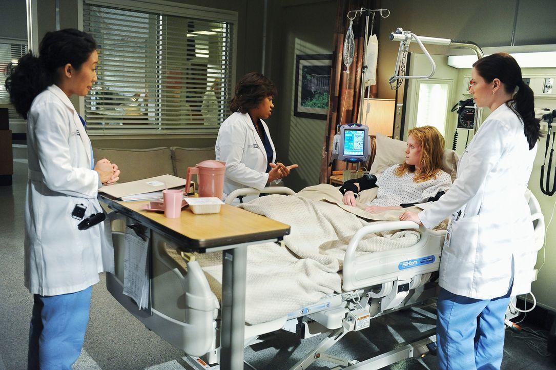 Clara (Zoe Boyle, 2.v.r.) scheint auf dem Weg der Besserung. Sie bietet an, endlich ihre Mutter anzurufen, wenn Lexie (Chyler Leigh, r.) dafür mit M... - Bildquelle: Touchstone Television