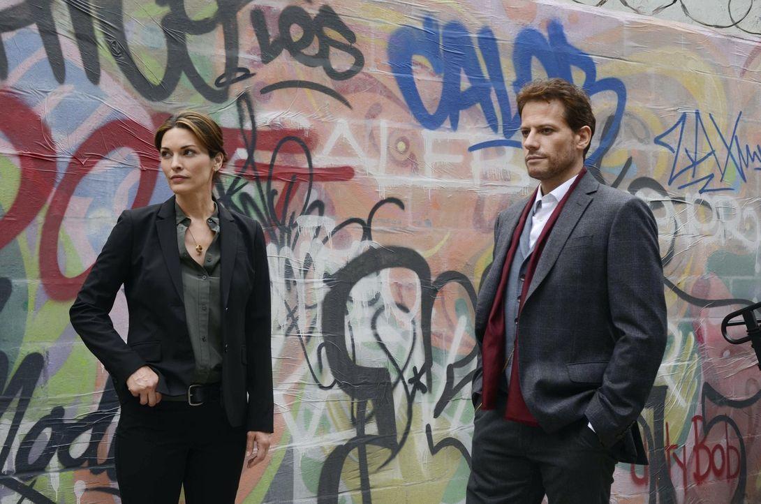 Suchen einen Mörder unter eiskalten Immobilienhaien und skrupellosen Sozialarbeitern:  Henry (Ioan Gruffudd, r.) und Jo (Alana De La Garza, l.) ... - Bildquelle: Warner Brothers