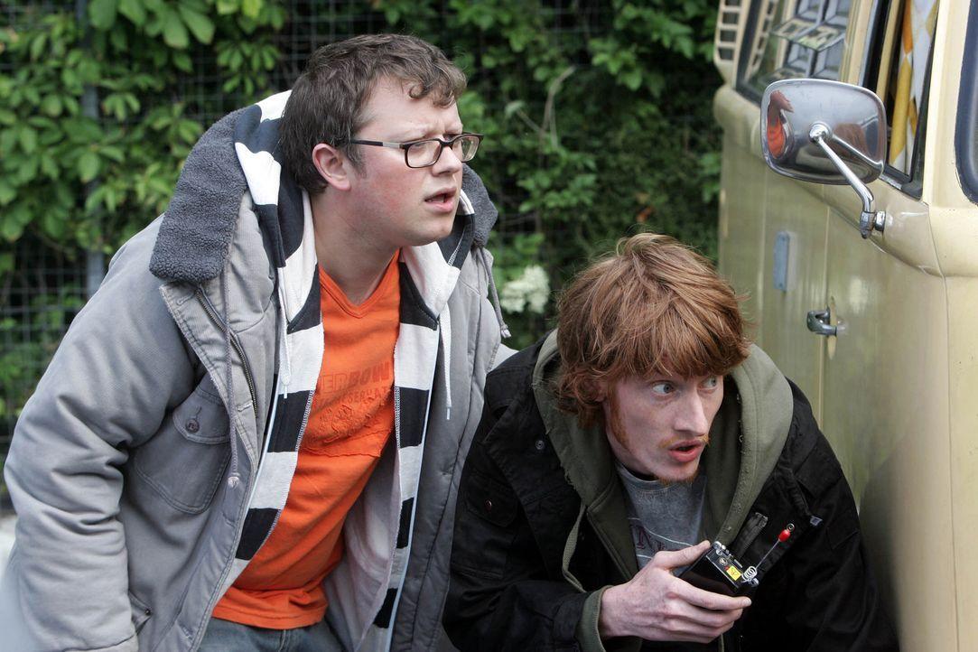 Tom (Jake Curran, r.) und Duncan (James Bradshaw, l.) verdächtigen Connor, Teil einer Verschwörung zu sein ... - Bildquelle: ITV Plc