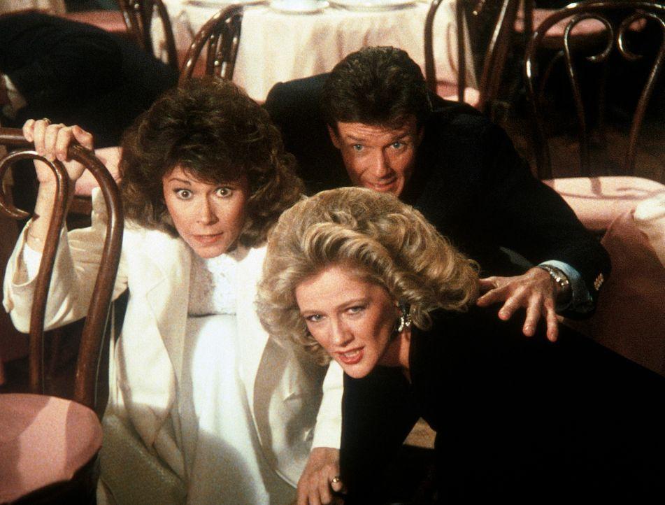 Francine (Martha Smith, r.), Amanda (Kate Jackson, l.) und ihr Bekannter Bryce Topping (Bob Seagren, M.) gehen ahnungslos in ein Luxusrestaurant zum...
