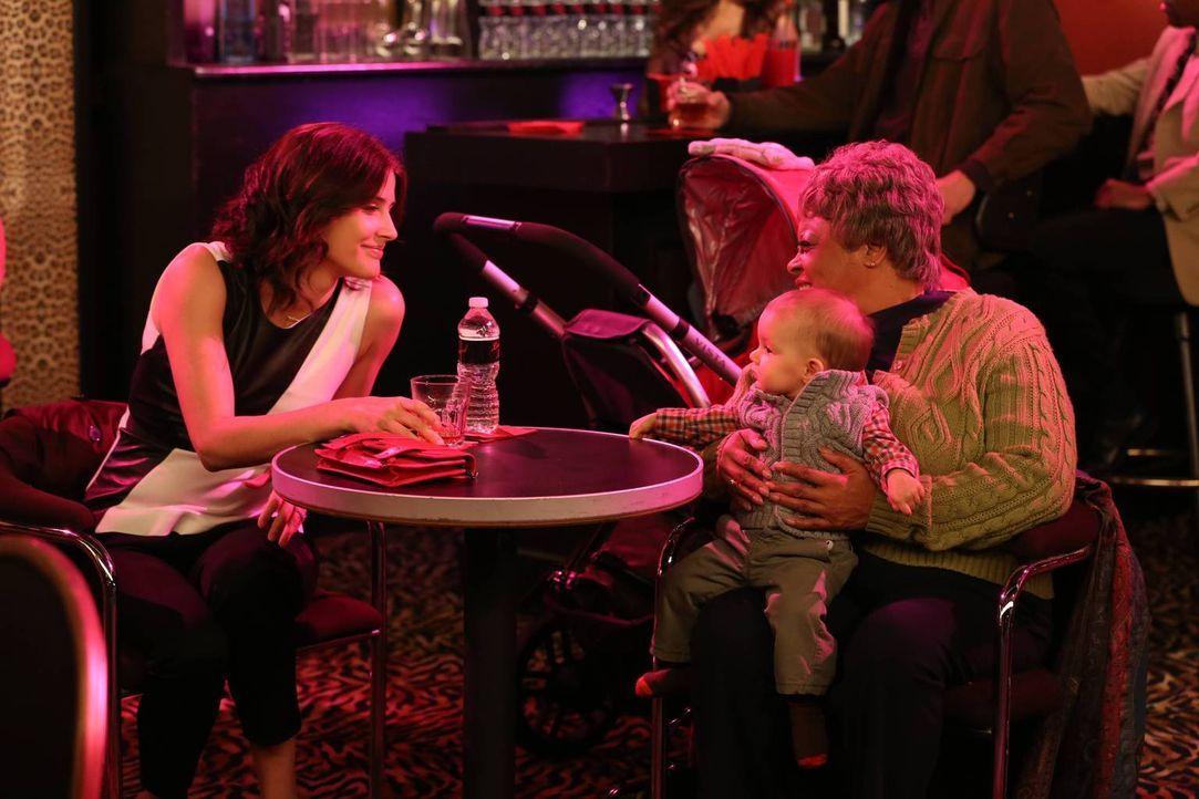 Robin (Cobie Smulders, l.) soll auf Marvin kurz aufpassen, als Lily noch schnell was erledigen muss. Da Robin aber keine Kinder mag, hat sie sich an... - Bildquelle: 2013 Twentieth Century Fox Film Corporation. All rights reserved.