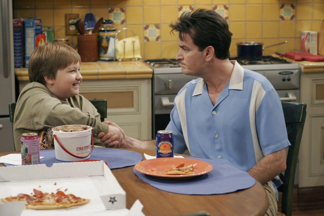 Charlie (Charlie Sheen, r.) und Jake (Angus T. Jones, l.) gehen einen Deal ein - doch wird er aufgehen? - Bildquelle: Warner Brothers Entertainment Inc.