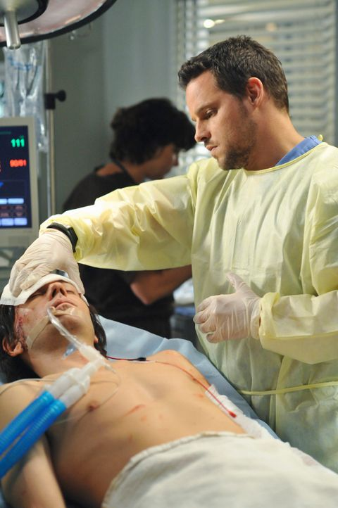 Owen lässt Alex (Justin Chambers, r.) die Kopfwunde eines Patienten mit Hautleim behandeln, das, wie Derek und Mark später Alex erklären, den Pat... - Bildquelle: Touchstone Television