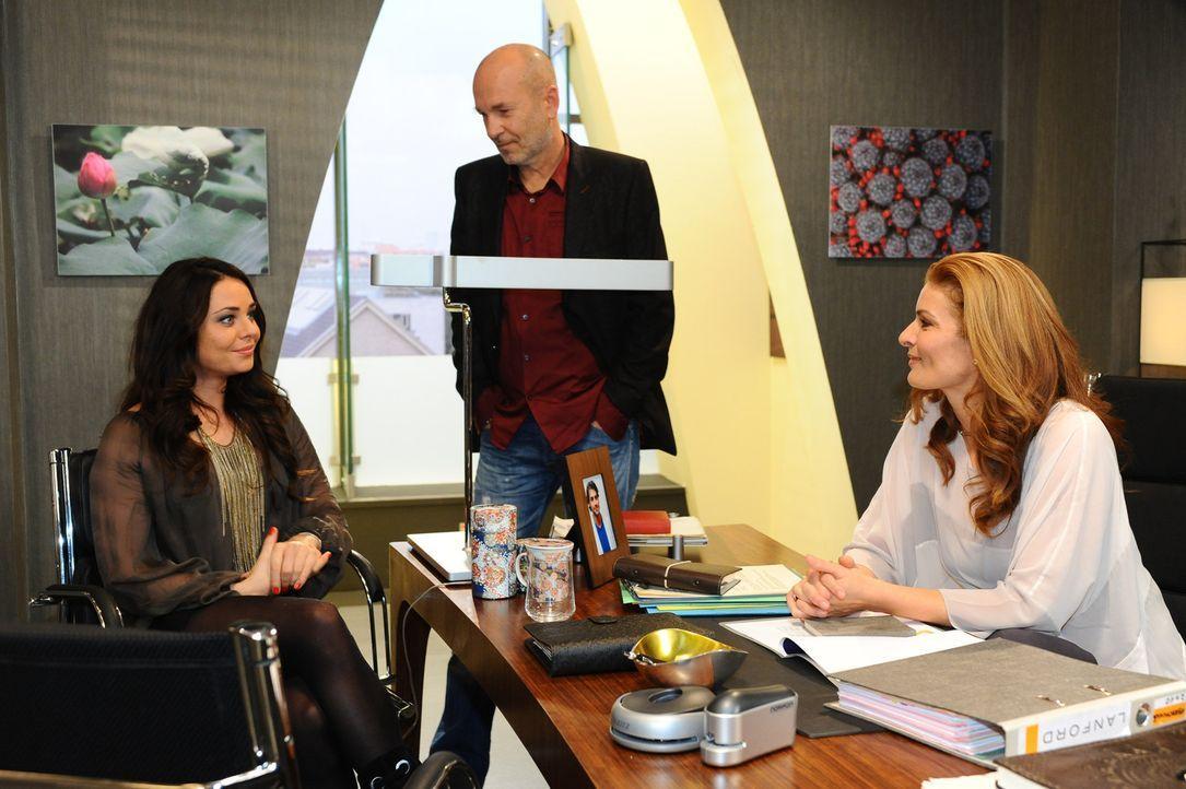 Bruno (K. Dieter Klebsch, M.) und Natascha (Franziska Matthus, r.) übergeben Paloma (Maja Maneiro, l.) einen neuen Aufgabenbereich und sie ist erfr... - Bildquelle: SAT.1