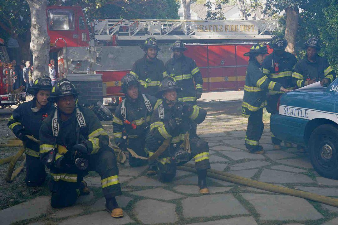 Das Station 19-Team ist in der Garage eines brennenden Hauses eingeschlossen. Ob ihre Kollegen sie rechtzeitig befreien können? - Bildquelle: Byron Cohen 2018 American Broadcasting Companies, Inc. All rights reserved./Byron Cohen