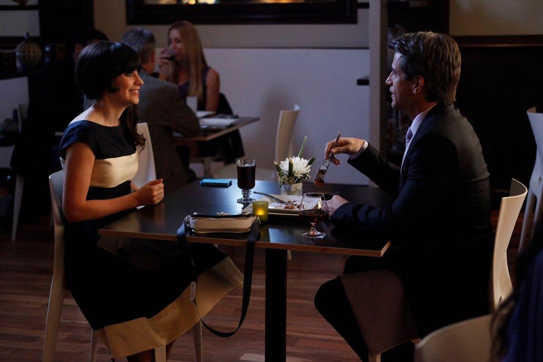 Ein ganz besonderes Date: Jess (Zooey Deschanel, l.) und Russell (Dermot Mulroney, r.) ... - Bildquelle: 20th Century Fox