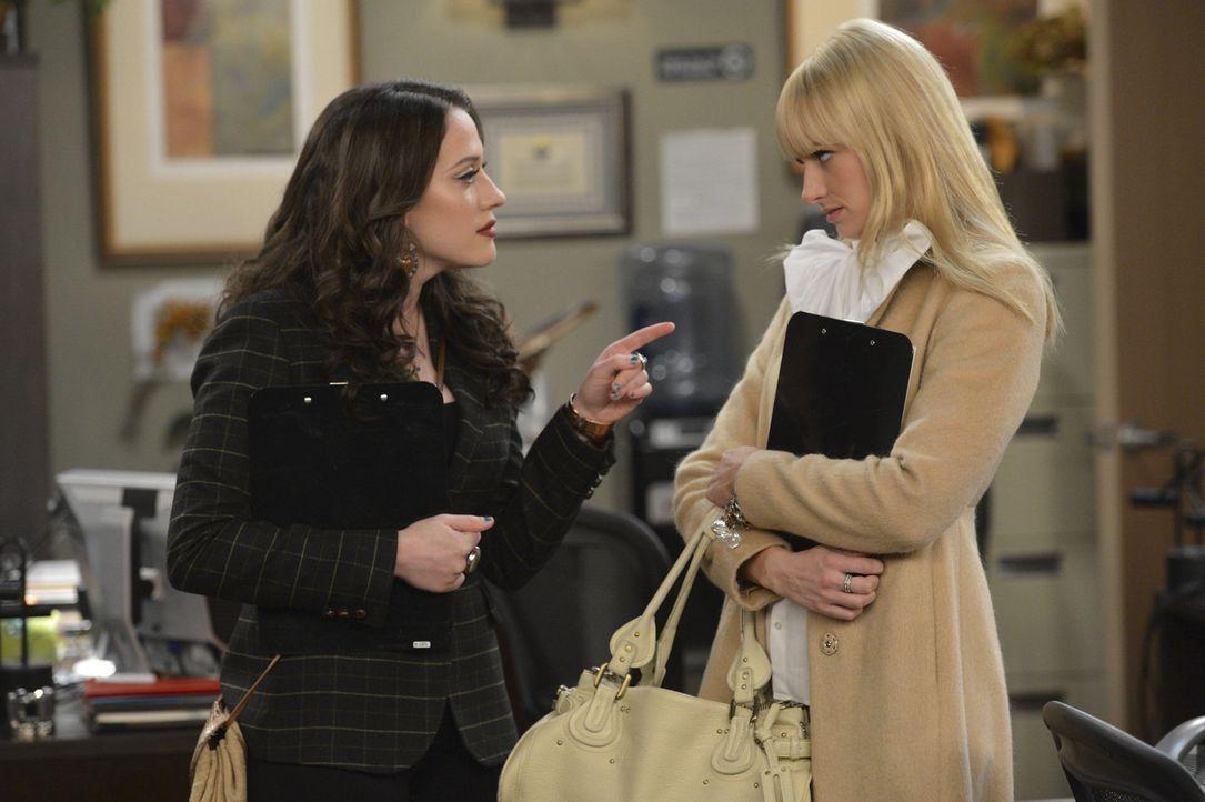 Mit Hilfe eines Aushilfsjobs versuchen Max (Kat Dennings, l.) und Caroline (Beth Behrs, r.) sich über Wasser zu halten ... - Bildquelle: Warner Bros. Television