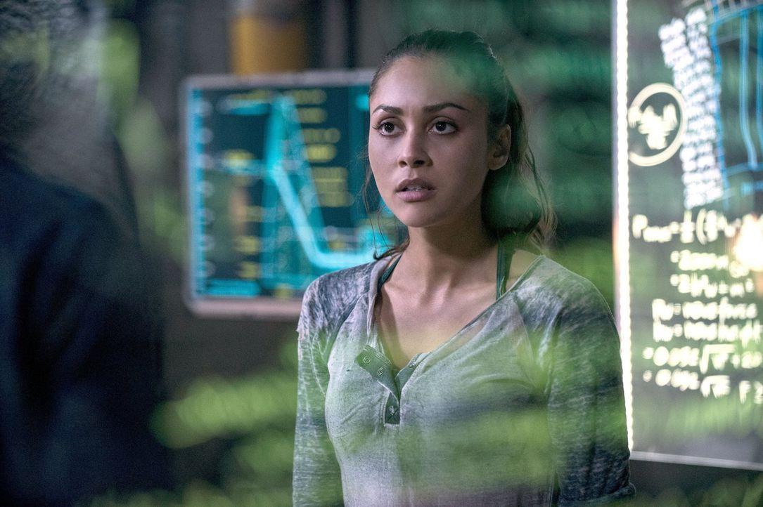 """Gelingt es Raven (Lindsey Morgan), die Technologie von """"Mount Weather"""" zu umgehen, bevor diese zum nächsten Angriff blasen? - Bildquelle: 2014 Warner Brothers"""