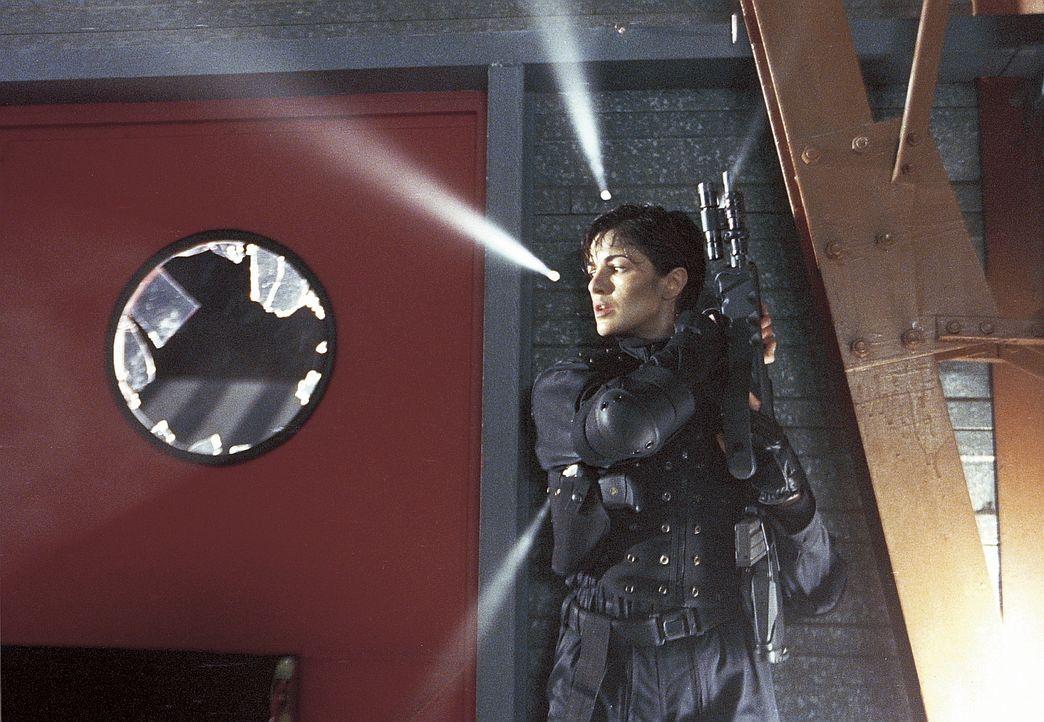 Schon bald wird Laborie (Nadia Farès) von einer bis an die Zähne bewaffneten Gruppe Krimineller angegriffen ... - Bildquelle: Lions Gate Films Inc.
