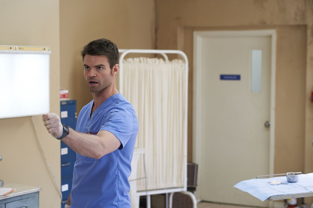 Joel (Daniel Gillies) trifft in einer Einrichtung für benachteiligte Menschen auf einen jungen, verletzten Mann und gerät in eine gefährliche Situat... - Bildquelle: Ken Woroner 2014 Hope Zee Three Inc.