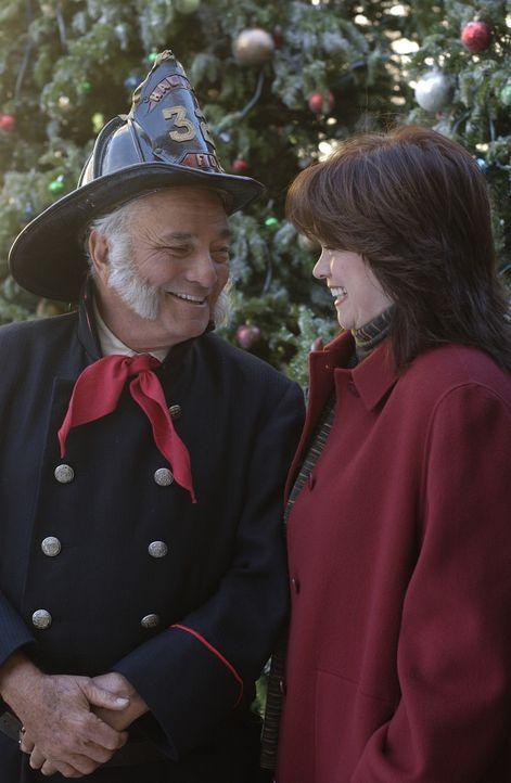 Kathleen McAllister (Valerie Bertinelli, r.) begibt sich zusammen mit Noah auf die Suche nach dem Mann auf dem Foto. Dabei erhalten sie inkognito hi... - Bildquelle: CBS International Television