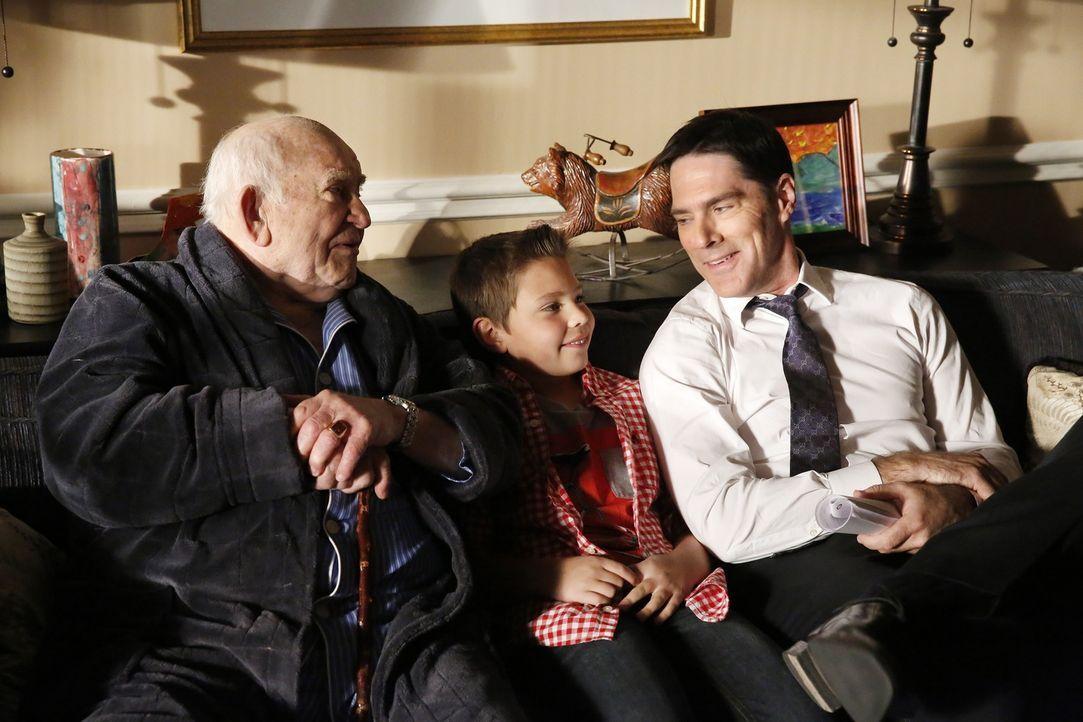 Eine Familie aus Maryland wurde ermordet an ihrem Esstisch aufgefunden. Während der Ermittlungen muss sich Hotch (Thomas Gibson, r.) auch noch mit f... - Bildquelle: ABC Studios