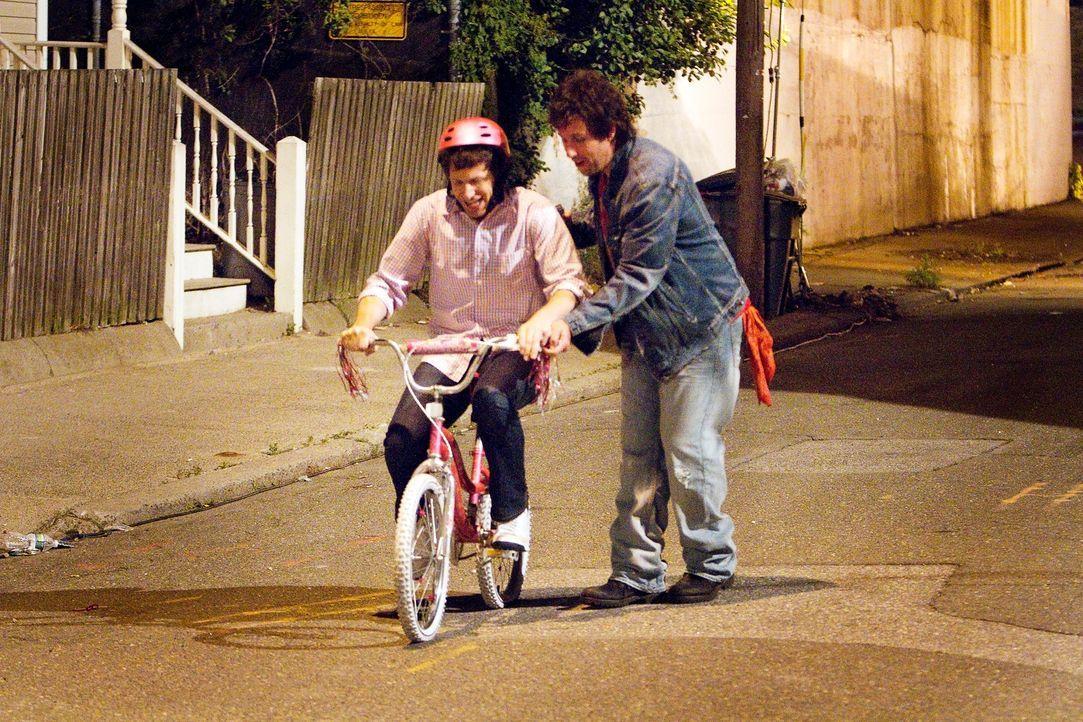 Gemeinsam holen sie nach, was sie in Todds Kindheit versäumt haben: der brave Geschäftsmann Todd (Andy Samberg, l.) und sein verrückter und unkonven... - Bildquelle: 2012 Columbia Pictures Industries, Inc. All Rights Reserved.