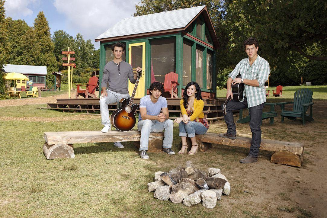 """Der Sommer ist da und """"Camp Rock"""" öffnet wieder seine Pforten. Erneut wollen (v.l.n.r.) Jason (Kevin Jonas), Shane (Joe Jonas), Mitchie (Demi Lovato... - Bildquelle: Disney"""