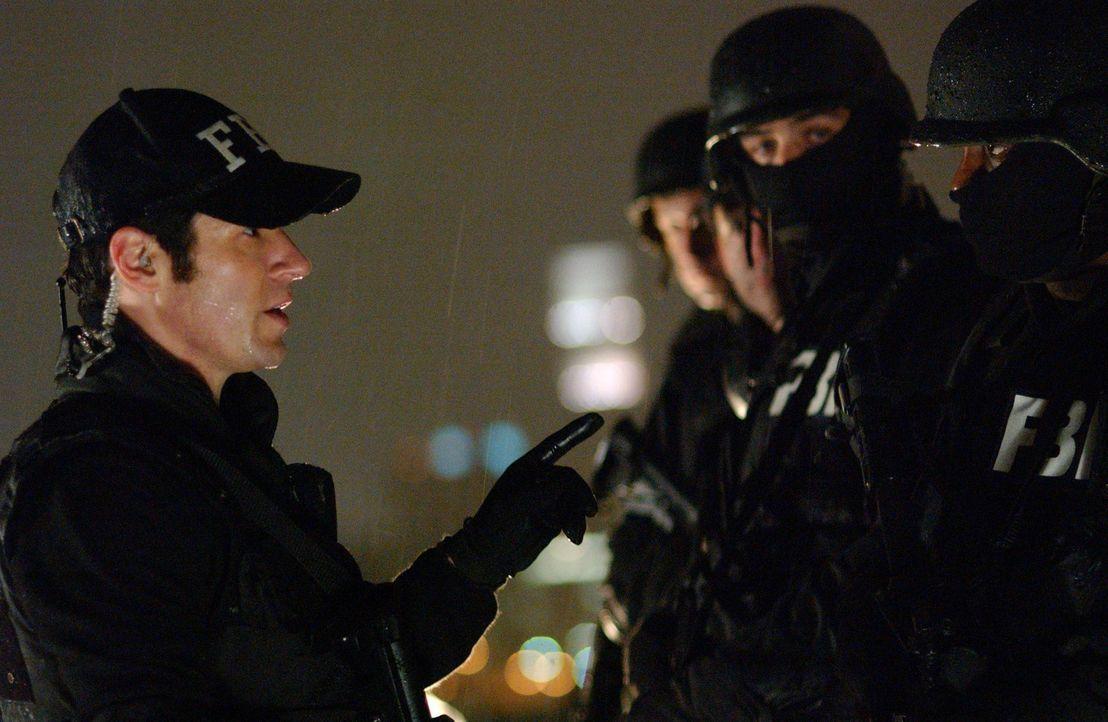 Auf der Spur einer skrupellosen Fälscherbande: Don Eppes (Rob Morrow, l.) und sein Team ... - Bildquelle: Paramount Network Television