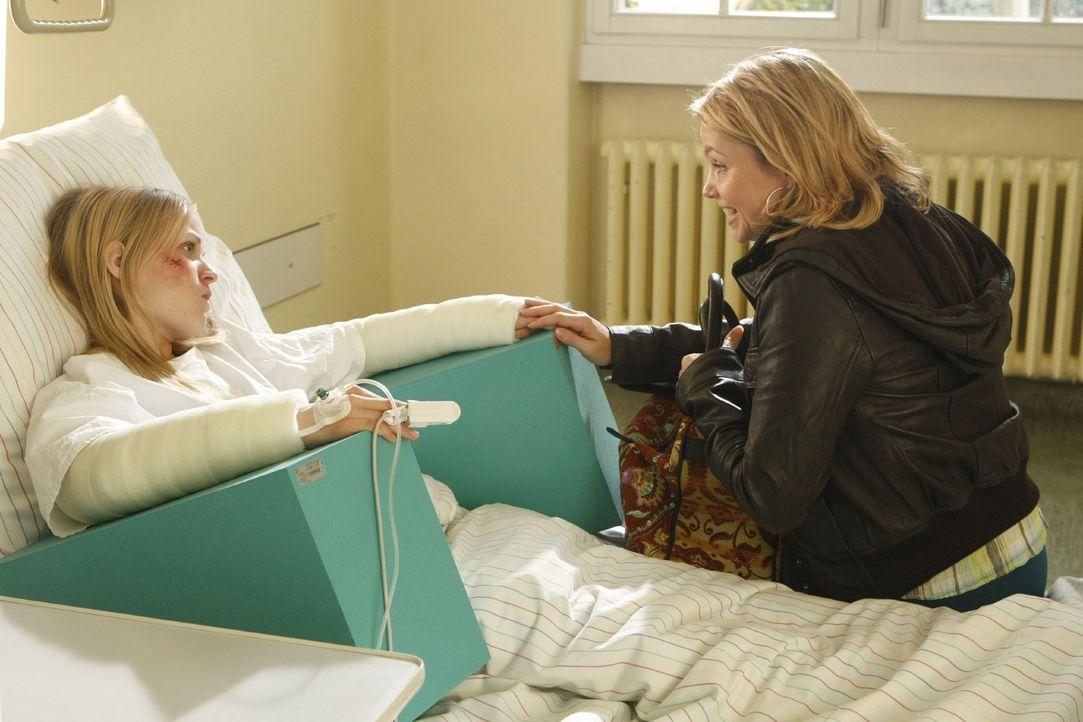 Obwohl Viktorias (Friederike Kempter, l.) Eltern dagegen sind, gibt Danni Lowinski (Annette Frier, r.) nicht auf und vertritt sie weiter ... - Bildquelle: SAT.1