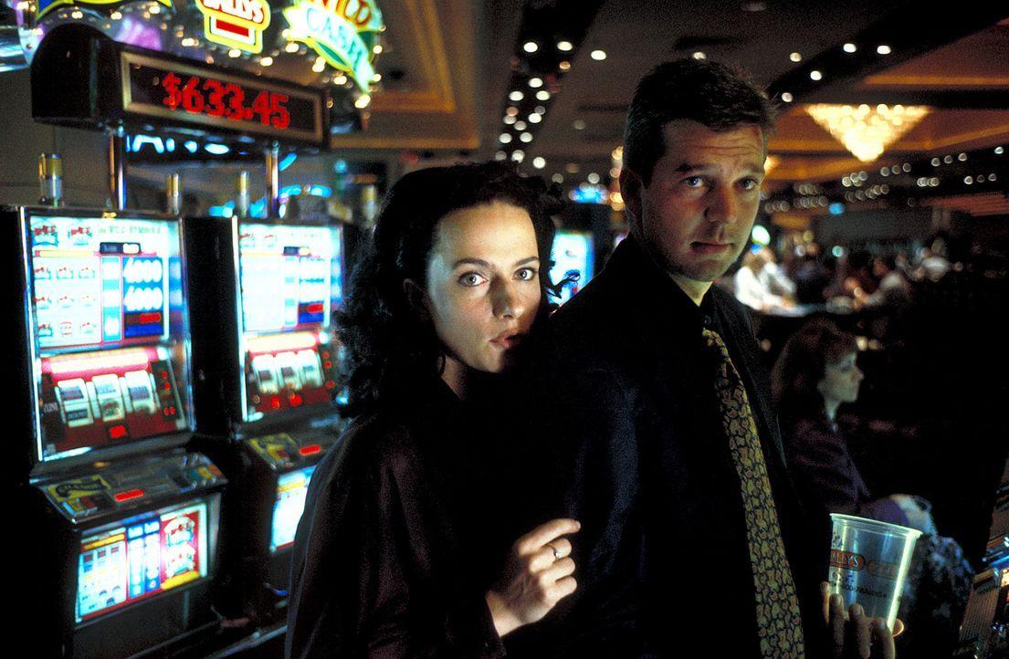 Eigentlich wollten Eva (Claudia Michelsen, l.) und Joachim (Kai Wiesinger, r.) in Las Vegas heiraten, doch nach einem Höllentrip durch den Westen de... - Bildquelle: Norm Shrewsbury ProSieben