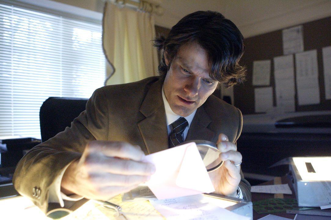 Auf Spurensuche. Ermittler Kim Hughes vergleicht die Handschriften der getöteten Jean Barnes - in der Hoffnung, so auf die Spur ihres Mörders zu kom... - Bildquelle: Ian Watson Cineflix 2008
