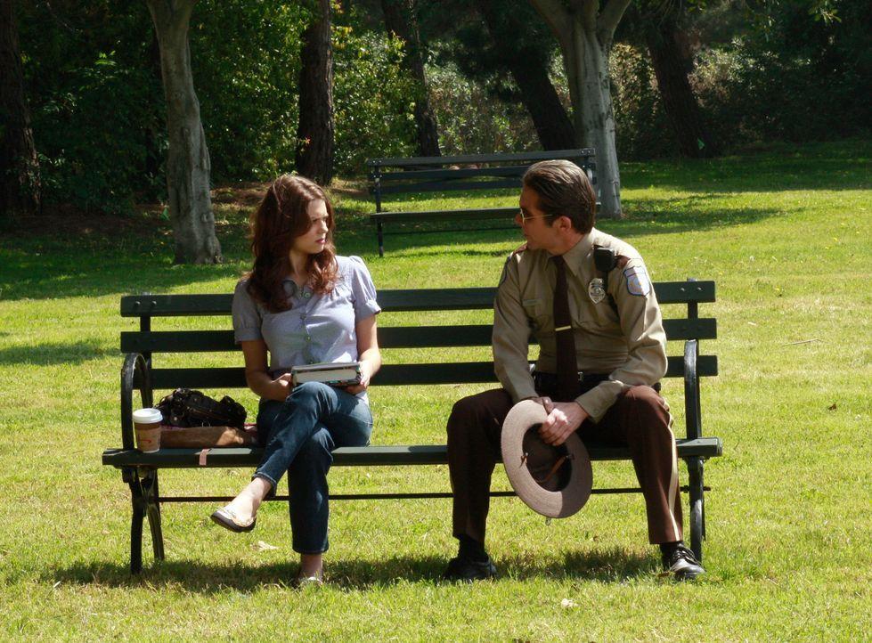 Dylan (Lyndsy Fonseca, l.) ahnt noch nicht, dass der Polizist (Gary Cole, r.) ihr Vater, Wayne, ist ... - Bildquelle: ABC Studios