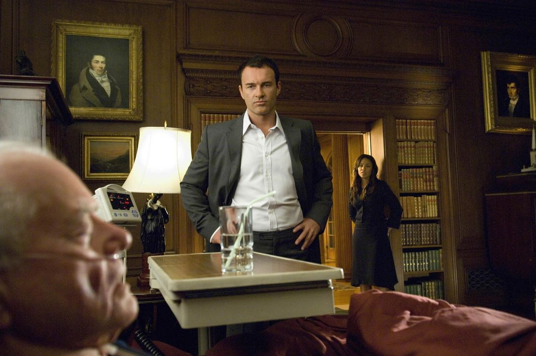 Christian (Julian McMahon, M.) hat es satt, Burts (Larry Hagman, l.) Spielball zu sein und kündigt deshalb ihren Deal. Michelle (Sanaa Lathan, r.)... - Bildquelle: TM and   2004 Warner Bros. Entertainment Inc. All Rights Reserved.