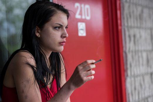 Surviving Evil - Die junge Hazel (Sonya Proehl) bekommt von einem Bekannten e...