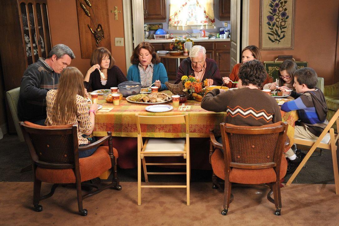 Die Hecks (Atticus Shaffer, r., Charlie McDermott, vorne r., Eden Sher, vorne l., Neil Flynn, l., Patricia Heaton, 2.v.l.) sind an Thanksgiving zu G... - Bildquelle: Warner Brothers