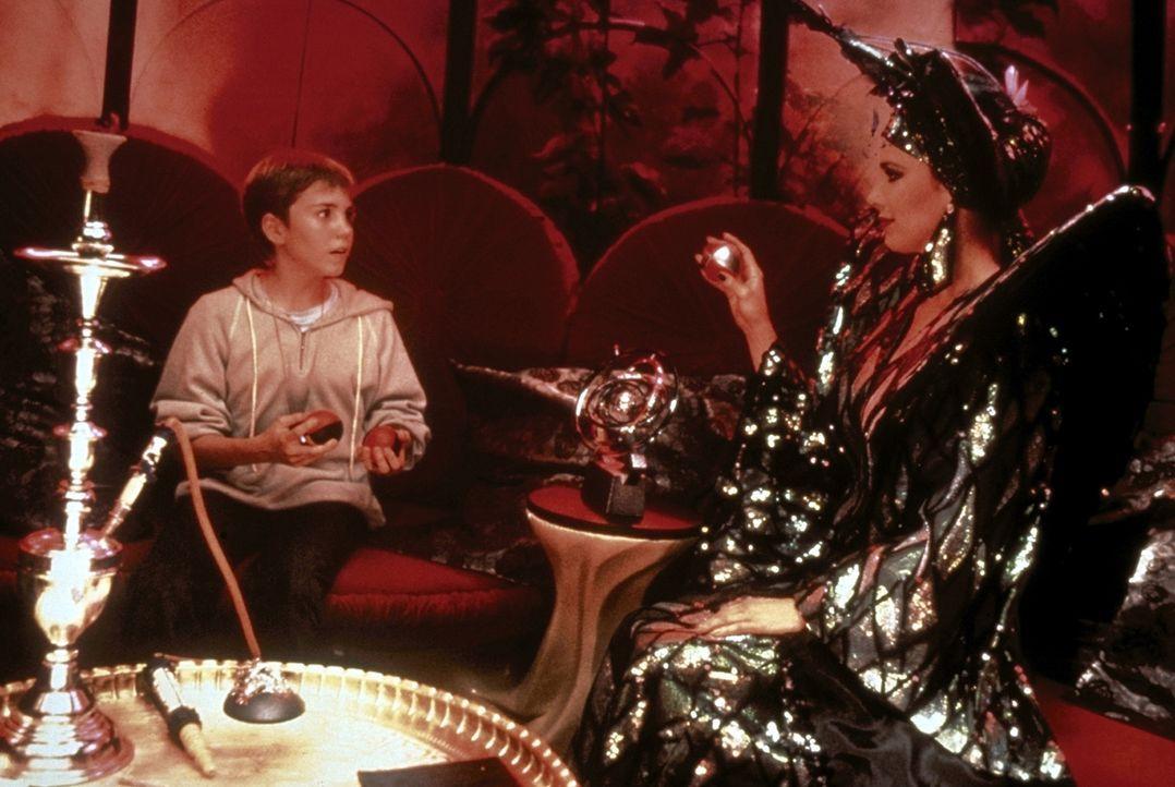 Immer mehr zieht die böse Hexe Xayide (Clarissa Burt, r.) den jungen Bastian (Jonathan Brandis, l.) in ihren Bann und raubt ihm seine Erinnerungen... - Bildquelle: Warner Bros.