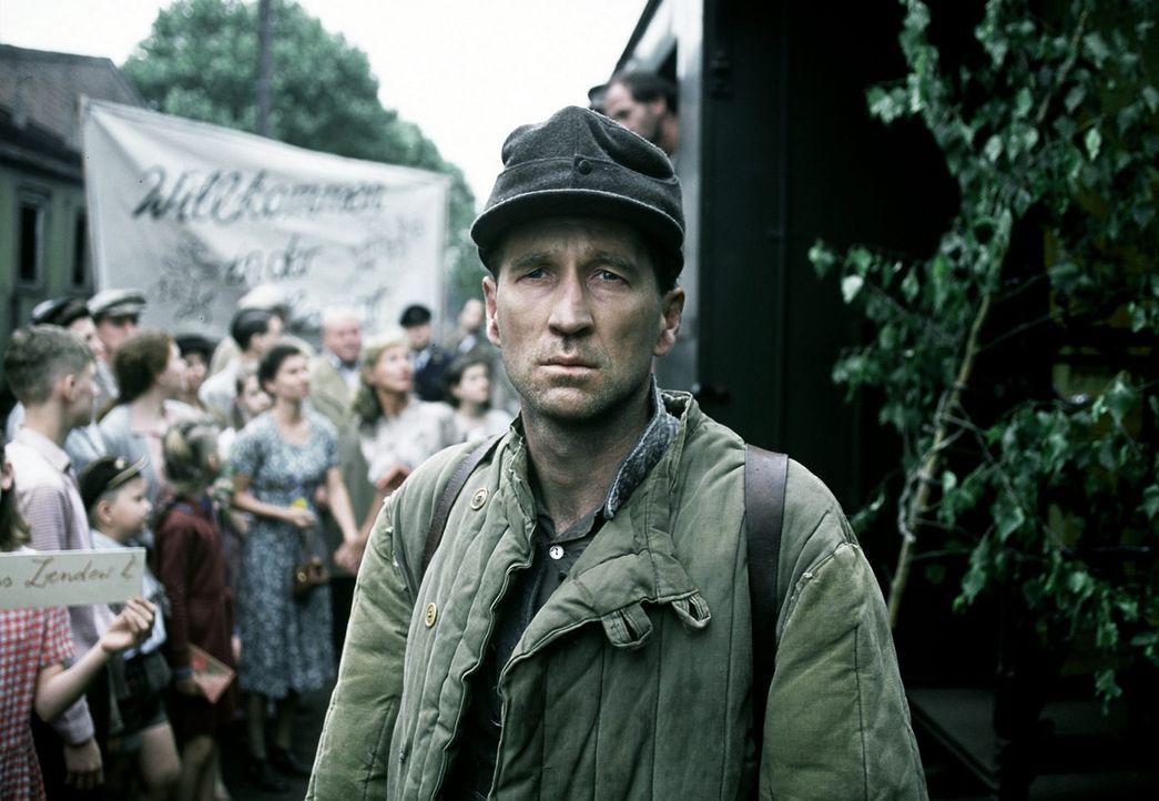 Elf Jahre war Richard Lubanski (Peter Lohmeyer) in sowjetischer Kriegsgefangenschaft. Endlich wieder in der Heimat, fällt ihm die Ankunft im Alltag... - Bildquelle: Senator Film