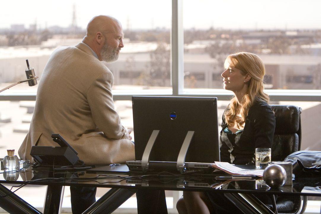 Findet Pepper Potts (Gwyneth Paltrow, r.) im Büro des stellvertretenden Geschäftsführers Obadiah Stane (Jeff Bridges, l.) belastende Beweise und kan... - Bildquelle: 2008 MVL Film Rinance LLC. All Rights reserved.
