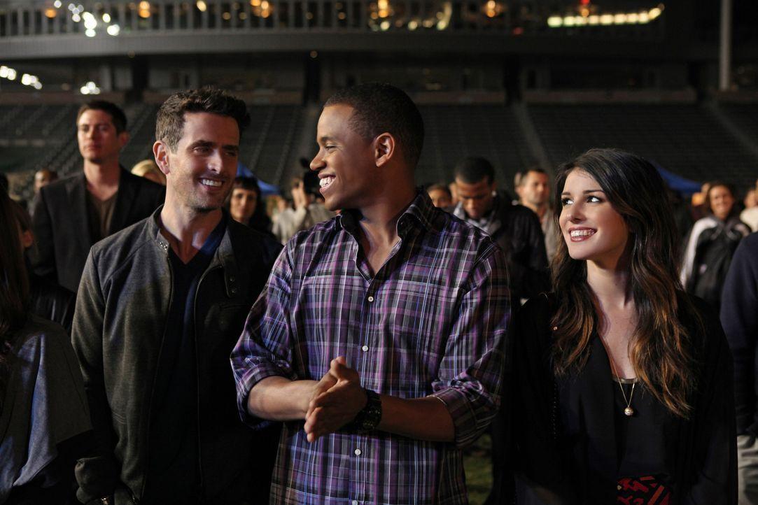 Ethan (Dustin Milligan, l.), Dixon (Tristan Wilds, M.) und Annie (Shenae Grimes, r.) warten gespannt auf Adriannas Auftritt. Vor einem Riesenpubliku... - Bildquelle: 2013 The CW Network. All Rights Reserved